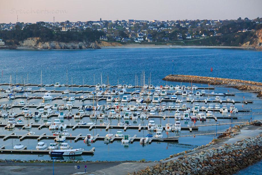 Blick über den Hafen von Morgat, Bretagne