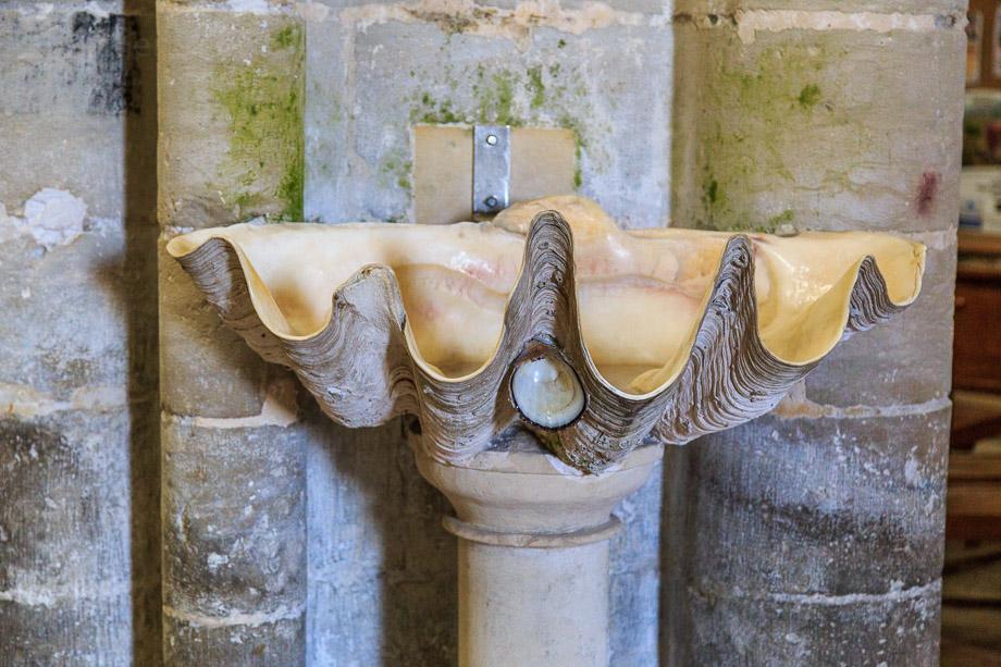 Weihwasserbecken in der Abteikirche Sainte-Trinité