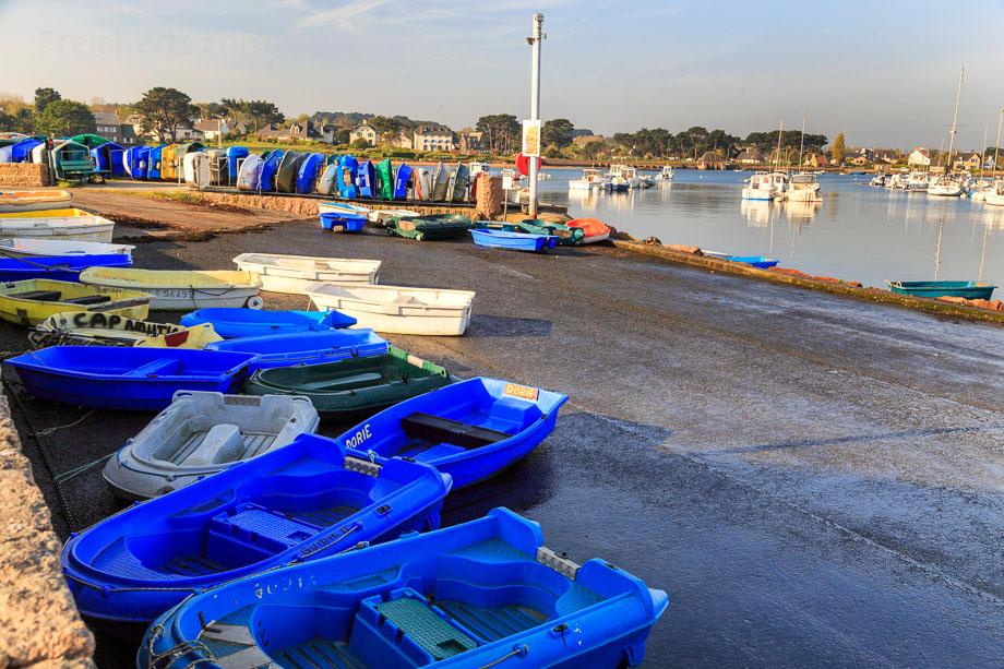 Boote bei Ebbe, Ploumanach, Bretagne