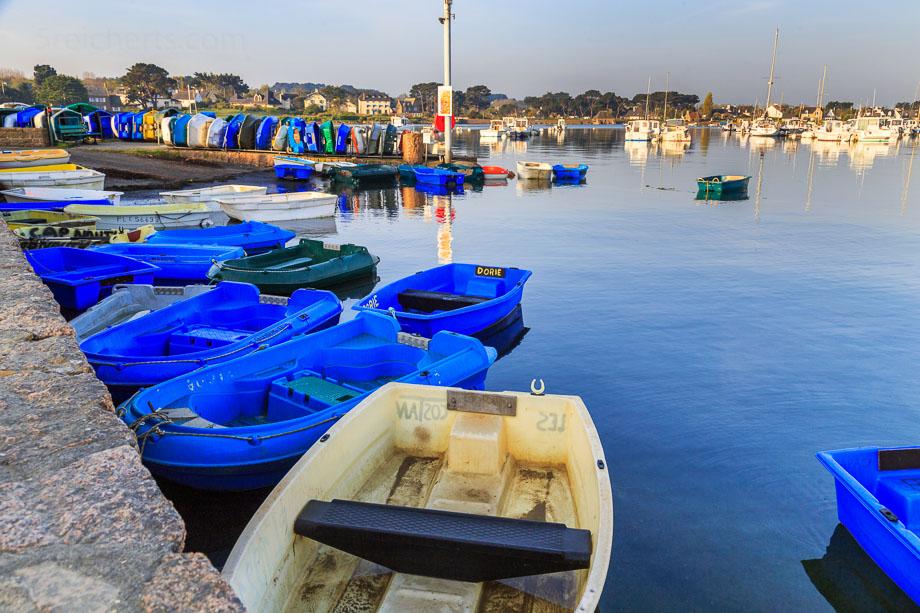 Boote bei Flut, Ploumanach, Bretagne