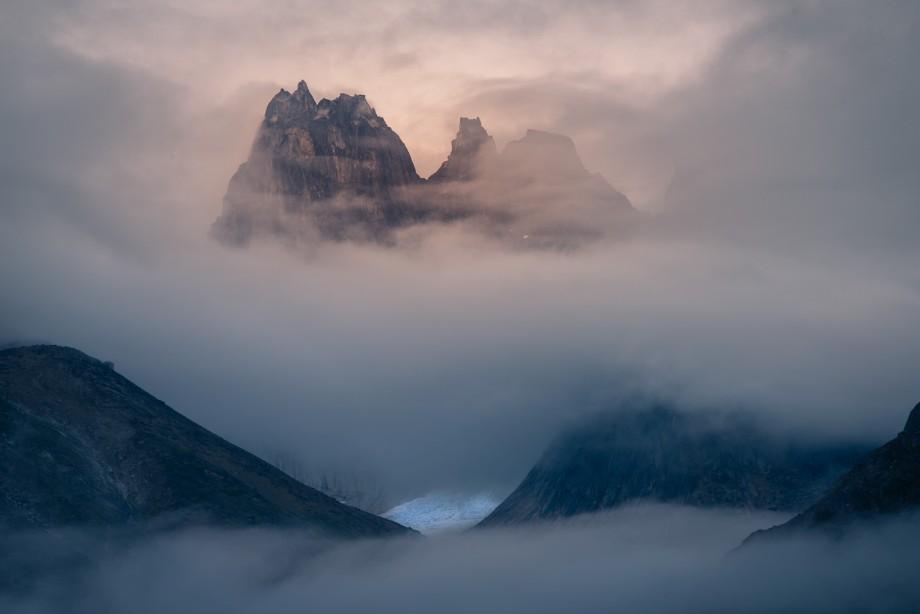 Geduld gehört für David dazu, hier brauchte es zig Anläufe, bis die Nebelschwaden den Blick auf die Berge und den Gletscher freigaben