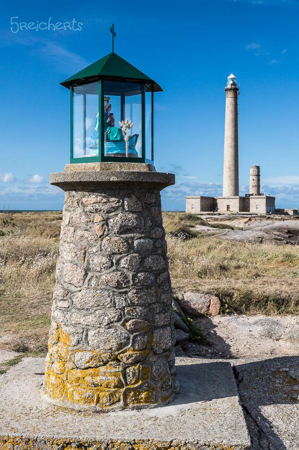 Mutter Gottes Statue vor dem Leuchtturm von Gatteville