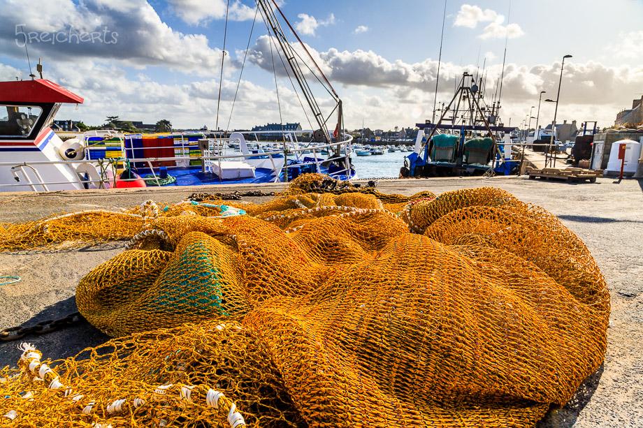 Fischernetze im Hafen von Barfleur, Normandie