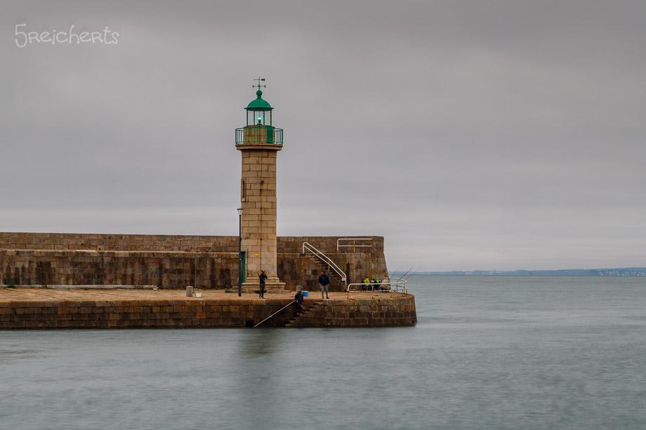 Der Hafenleuchtturm von Binic im Regenwetter