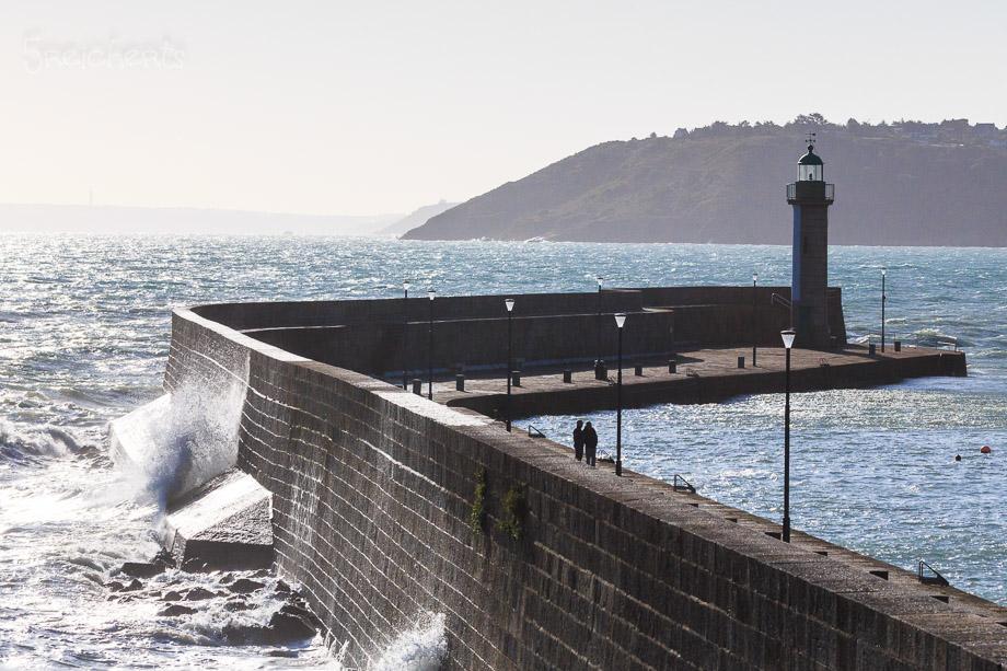 Die Hafenmauer von Binic bei Flut