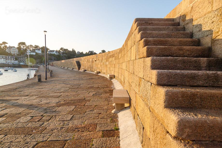Treppe an der Hafenmauer, Binic