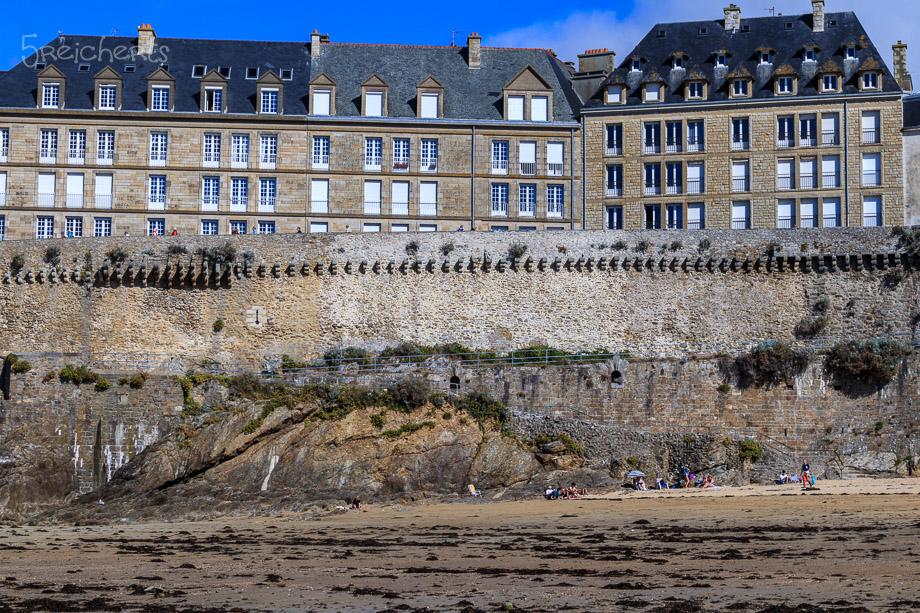 Blick auf die gewaltigen Mauern der Ville Close bei Ebbe