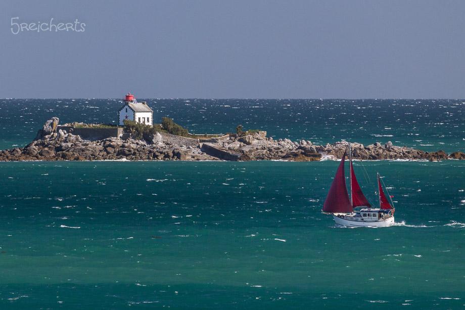 Segelboot und kleiner Leuchtturm, St Quay