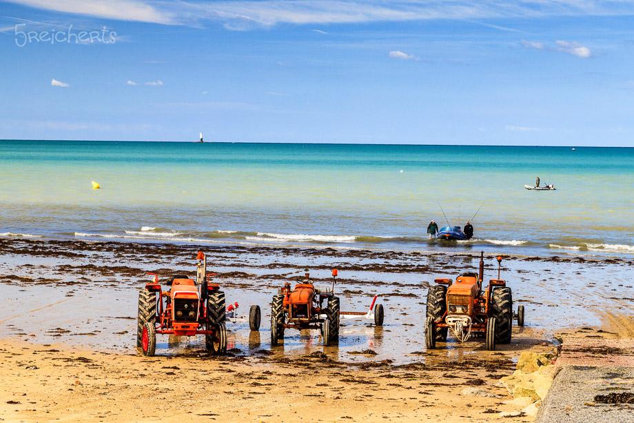 Traktoren am Strand von Gouville