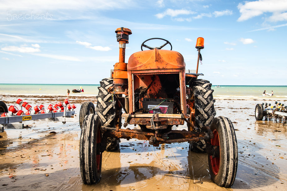 Alter Traktor am Strand von Gouville