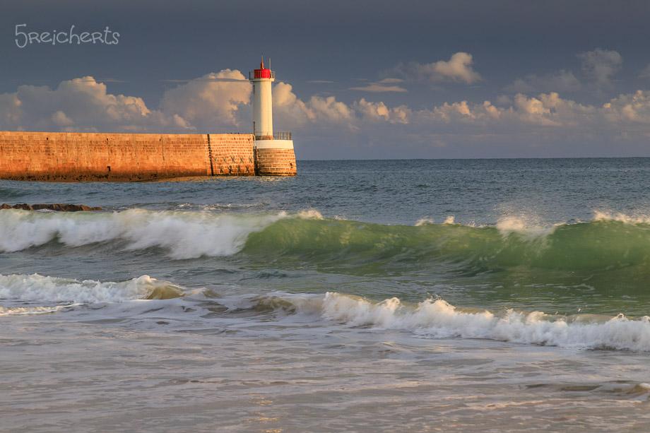 Grüne Wellen und Leuchtturm in Audierne, Bretagne