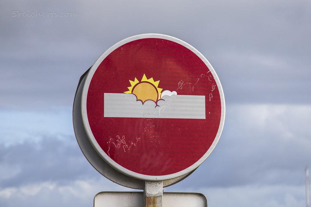 Clet Abraham Verkehrsschild: Sonne Wolken