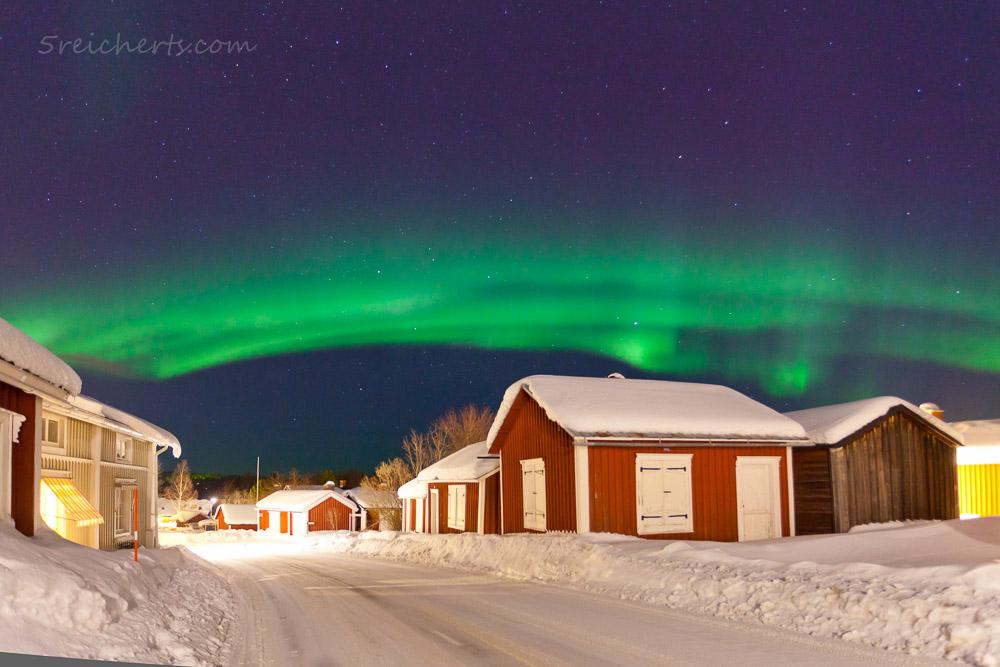 Kräftiges Nordlicht, wie hier ein Bogen in Schwedisch Lappland hat meist deutliche sichtbare Struktur