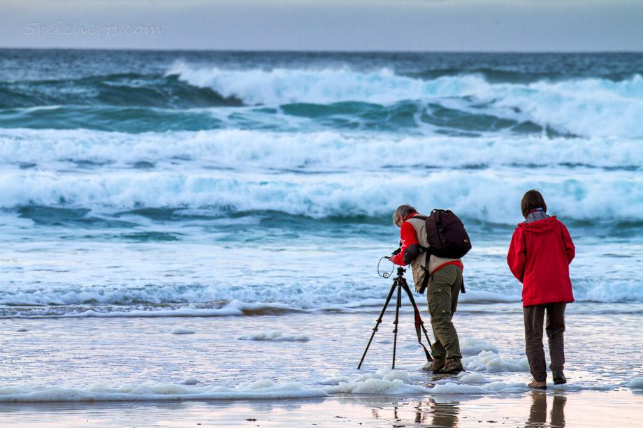 Dalmore, Isle of Lewis, Schottland. Gabi macht Langzeitaufnahmen.