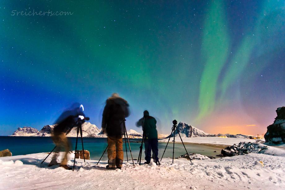 Nordlichtfotografen auf den Lofoten. Bei 13 s Belichtung vom Stativ aus sind nur die Fotografen etwas verwackelt