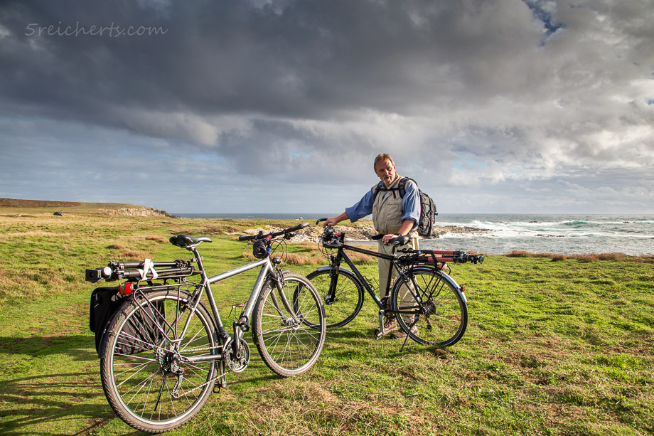 Mit Stativen und Fahrrädern unterwegs auf der Ile d'Ouessant in der Bretagne.