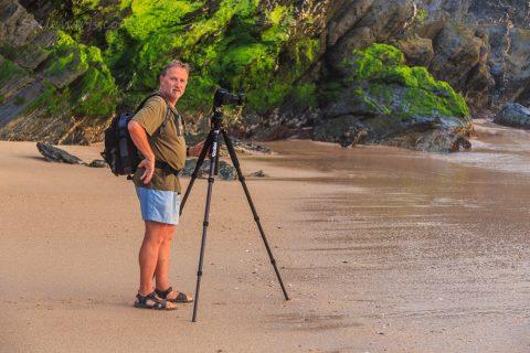 Porto Covo, Portugal. Gunter beim Fotografieren in einer Bucht