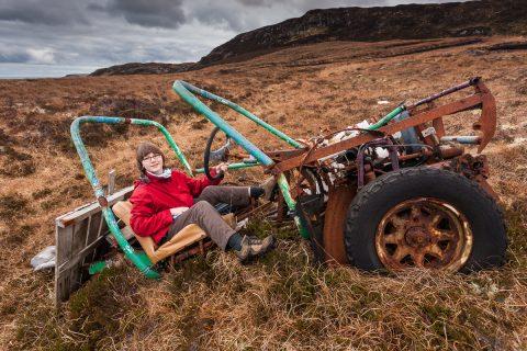 Amy in einem verlassenen Auto auf der Isle of Lewis, 2013