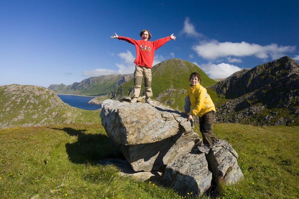 Posieren auf einem Stein in Nordnorwegen
