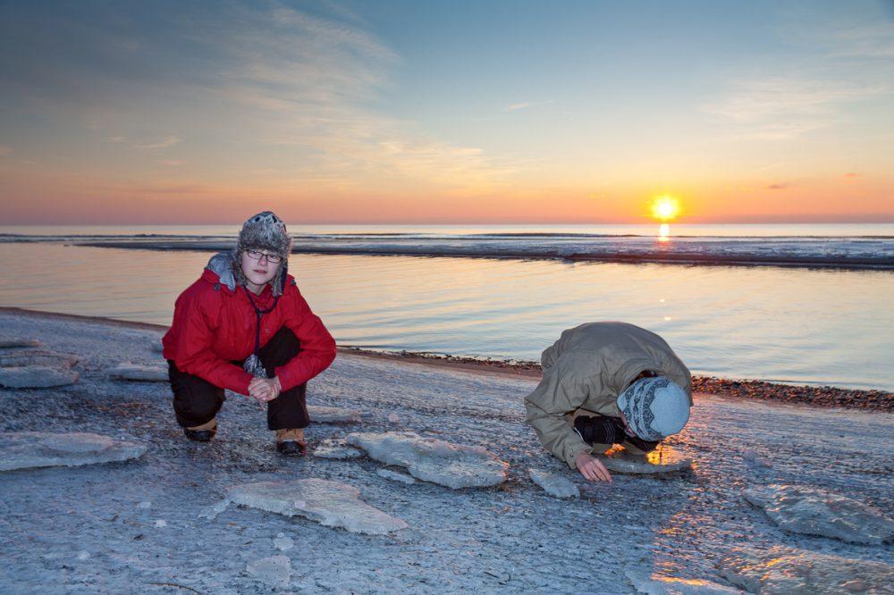 Unsere Kinder suchen auf dem gefrorenen Strand nach kürzlich angespülten Bernsteinen (2012)