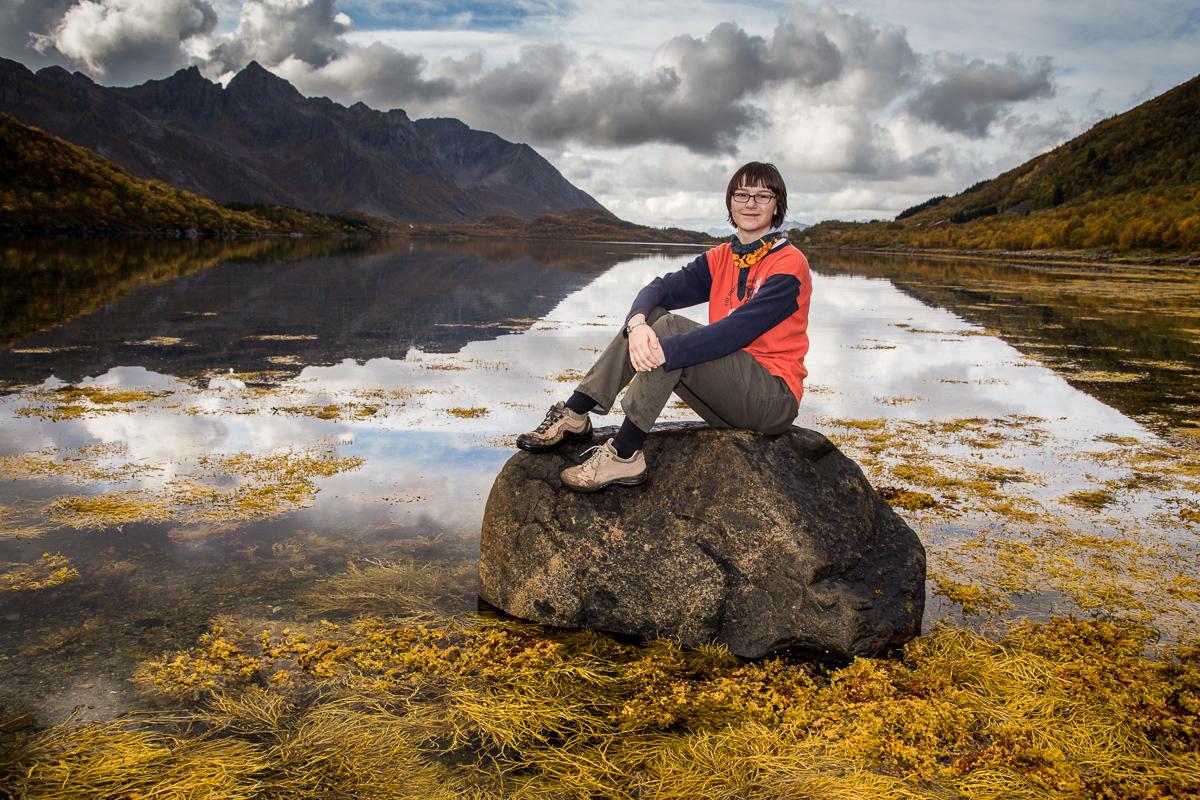 Amy auf einem Stein in Norwegen