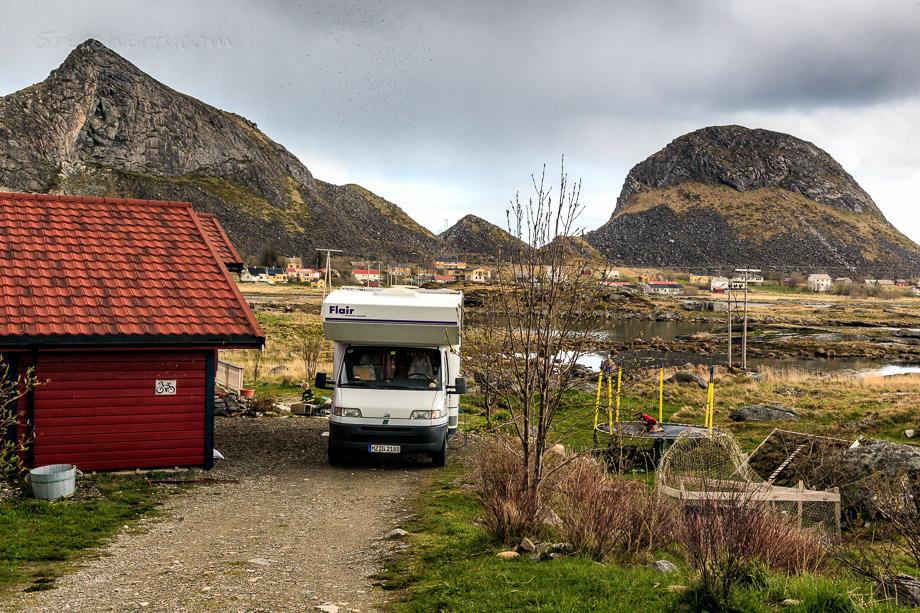 Wir parken am Schuppen von Aina und Bjoernar, Vaeroy, Norwegen