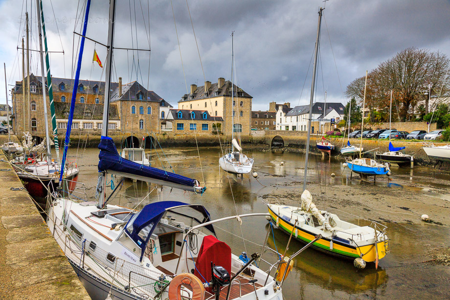 Hafen bei Ebbe in Pont L'Abbe, Bretagne
