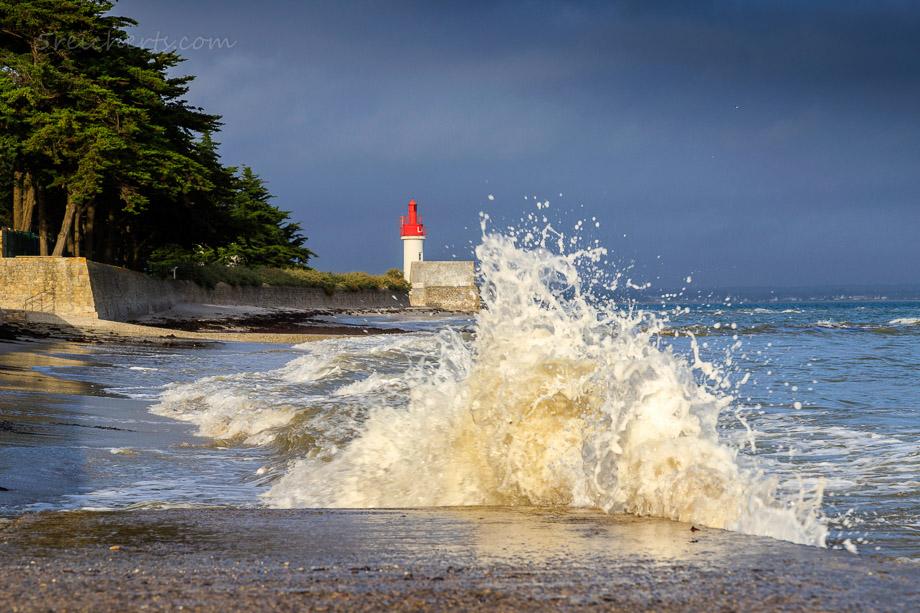 Welle am Leuchtturm Langoz, Bretagne