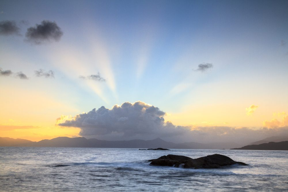 Sonnenaufgang an der Küste der Insel Vagsøy