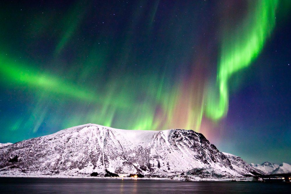 Nordlicht über dem Fjord bei Henningsvaer, Lofoten