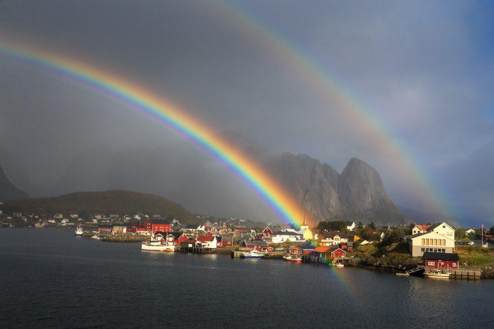 Regenbogen über Reine, Lofoten, Norwegen