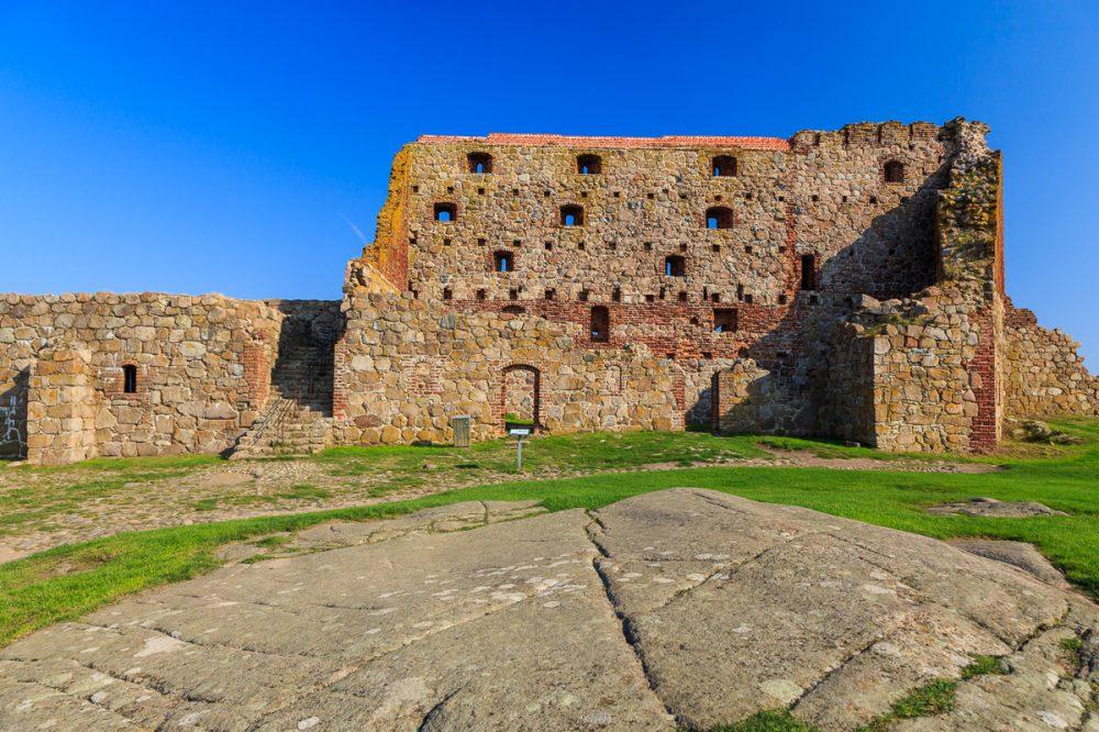 Grantifelsen mit Spuren des Geltschers und die Ruine von Hammerhus