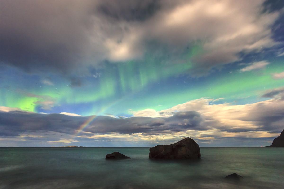 Nordlicht und Mondbogen, Utakleiv, Lofoten