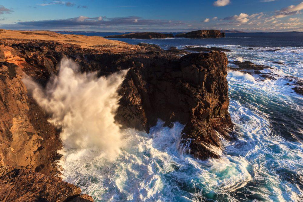 Klippen bei Eshaness, The Cannon Blowhole, Shetland, Schottland