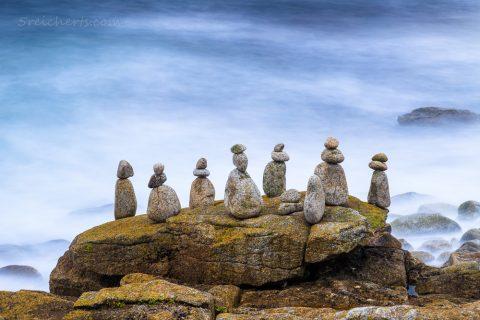 Steinfiguren auf den Felsen, am nächsten Tag hatte die Flut sie alle umgeworfen