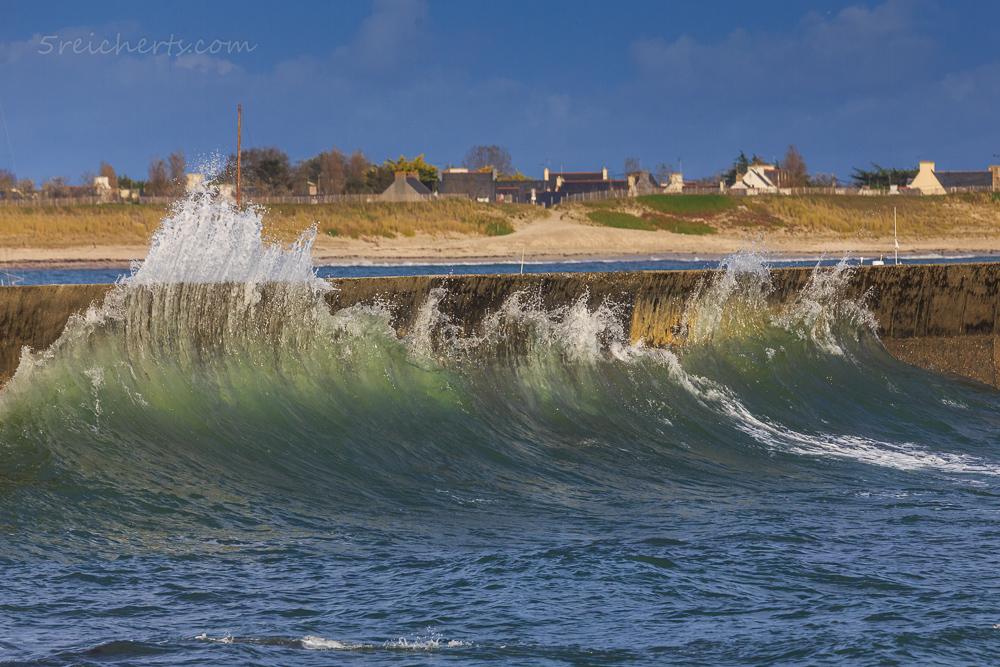 Welle an der Hafenmauer, Lesconil, Breatgne