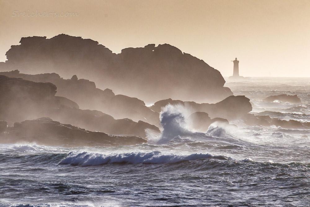 Blick auf den Phare du Four, Felsenküste