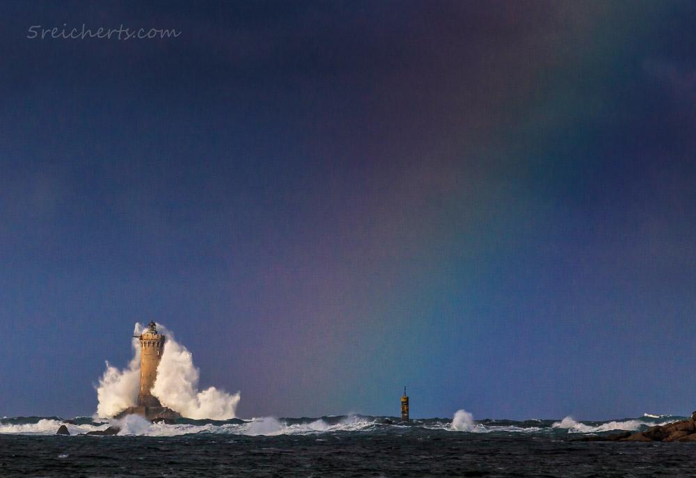 Welle knallt an den Leuchtturm Le Four