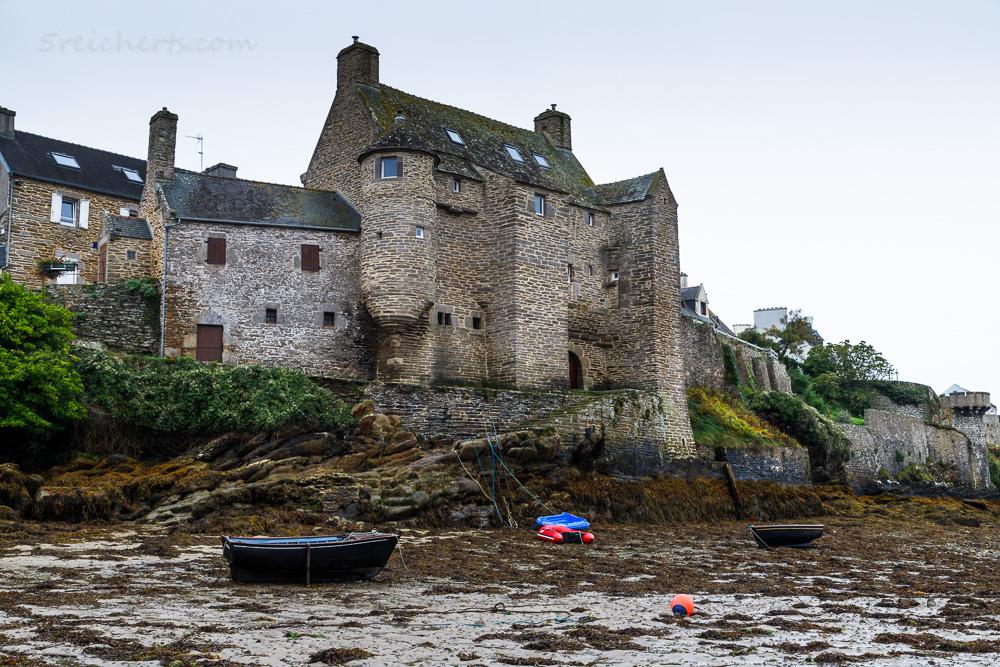 Das Herrenhaus von Le Conquet bei Ebbe vom Hafen aus gesehen