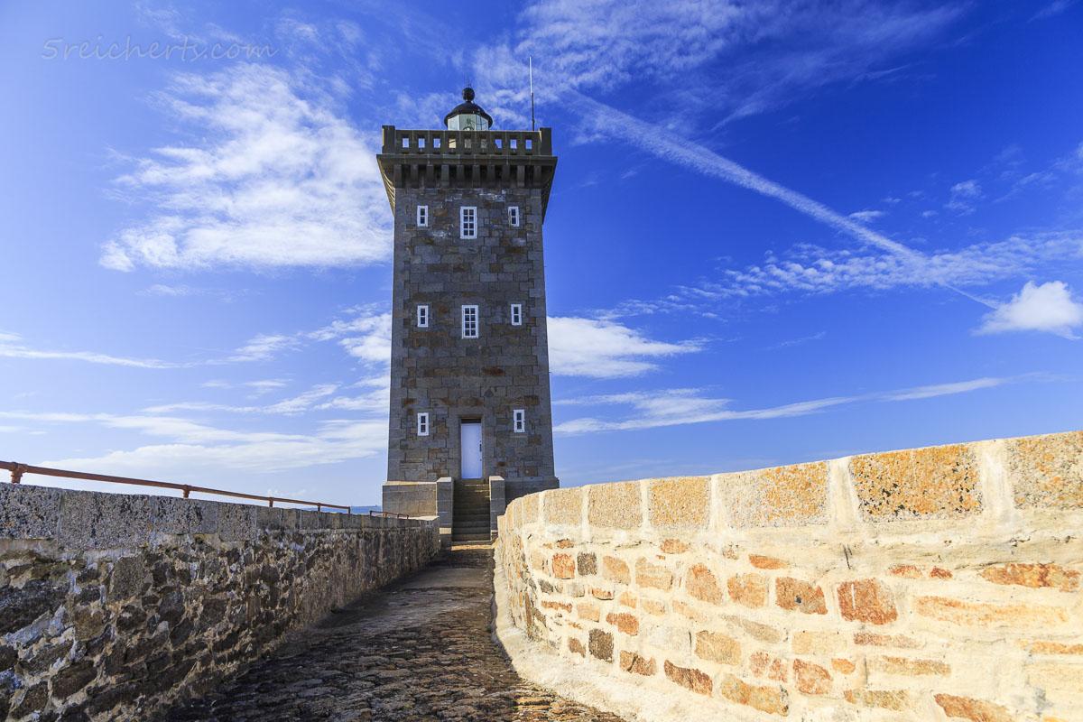 Sonniger Tag und strahlend blauer Himmel, Leuchtturm Kermovan
