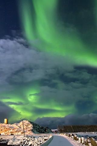 Nordlicht über der Fischfabrik in Stø