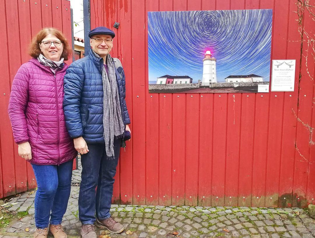 Christa und Christof stellten ihr Tor zur Verfügung für ein Leuchtturm Foto aus Ouessant, Bretagne