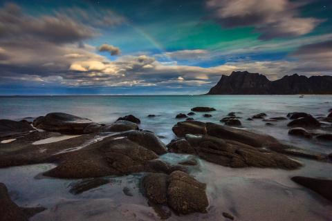 Nordlicht Fotografie Anleitung: Nordlicht und Mondbogen auf den Lofoten