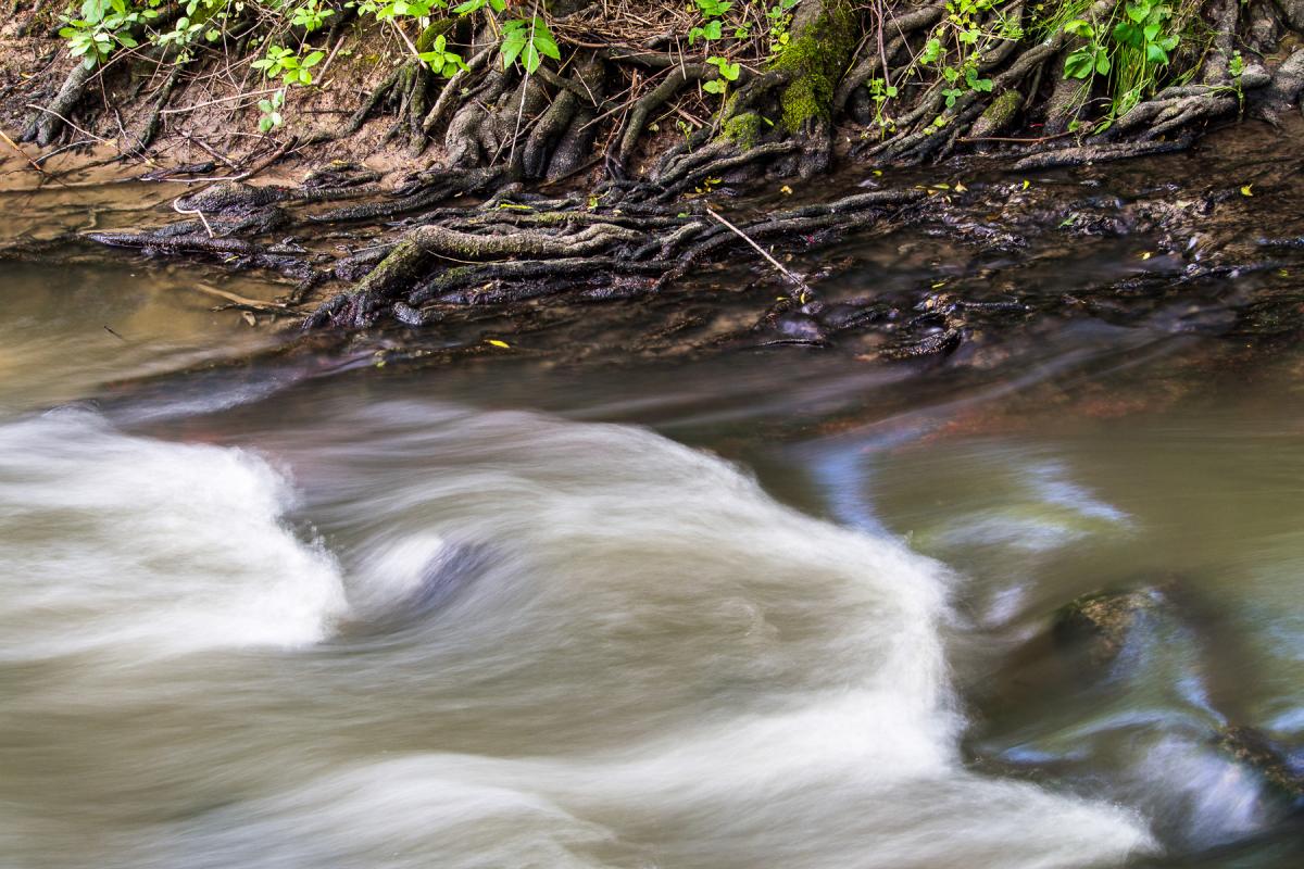Langzeitbelichtung des fließenden Wassers
