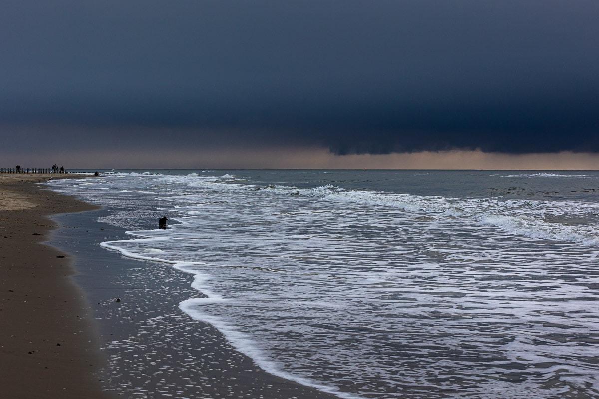 Dramatische Wolken, helle Wellen